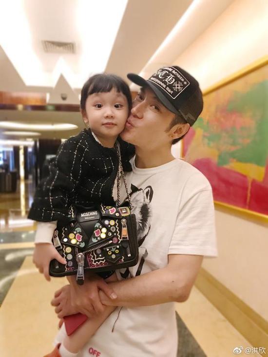 张丹峰抱起女儿
