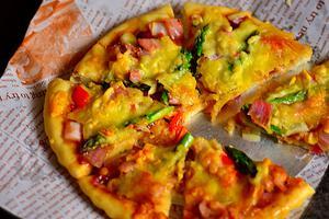 加足料的芦笋培根脆底披萨(图)