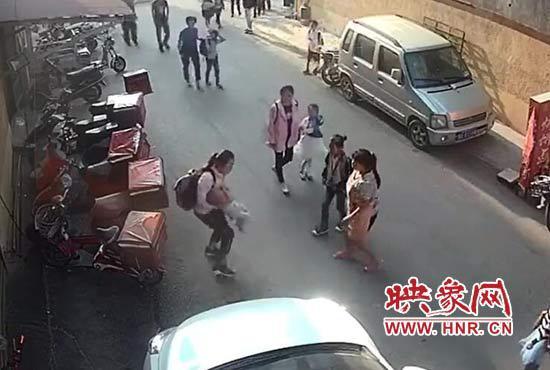 两岁娃三楼坠下 12岁小学生伸手去接