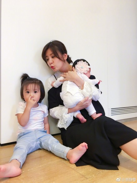 贾静雯晒咘咘与小女儿