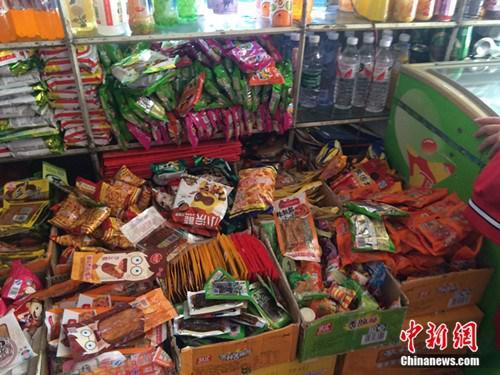 北京某学校附近超市的各种零食。中新网 邱宇 摄