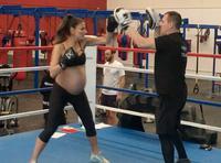 澳洲辣妈怀孕9个月坚持练拳击