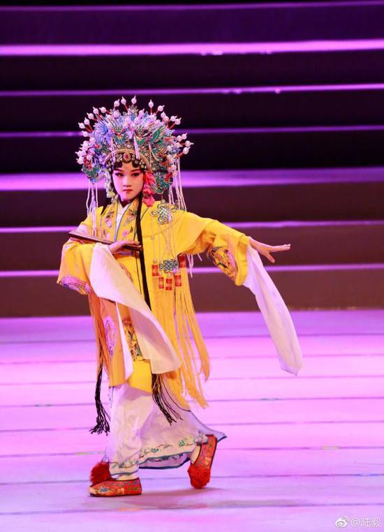 陆毅大女儿上台表演京剧