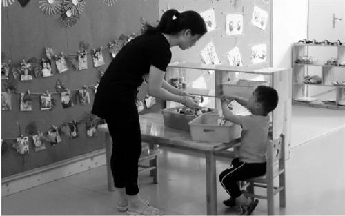 幼儿园老师在照管孩子。