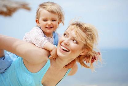 妈妈开始面无表情,宝宝开始用小动作吸引妈妈注意.