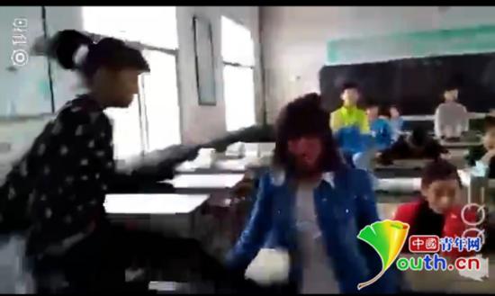 一女生跳起踢踹被打女生。网络视频截图