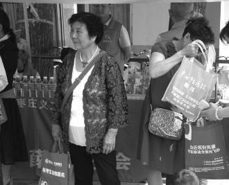 7日上午,在孙子走进考场后,张老太仍在考点外守候。 记者 赵艳虹 摄