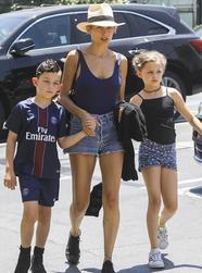 妮可·里奇带着两个孩子出街
