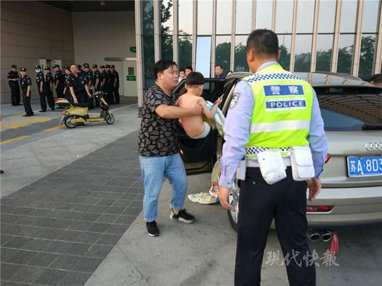 图为交警及时帮助家长将孩子送往医院救治。交警供图