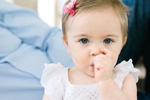 宝宝吃手,用奶嘴,要干预吗?