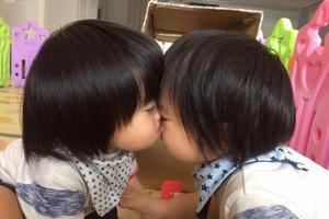 太甜!林志颖双胞胎儿子亲昵萌照 哥俩互动超有爱