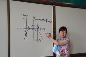 女老师右臂骨折 怕影响学生中考吊绷带上课