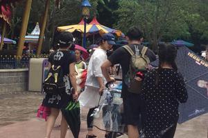 黄磊全家带满月儿子游迪士尼 孙莉产后身材纤细