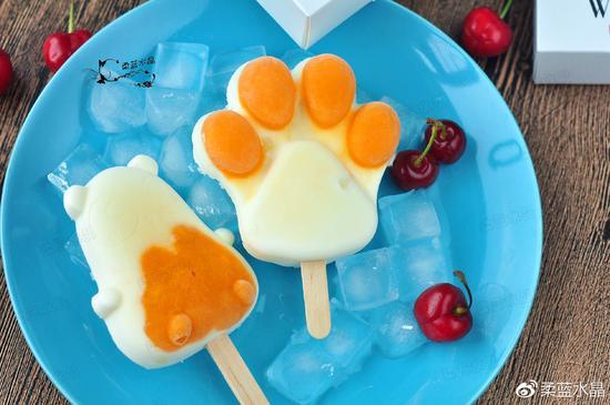 可爱猫爪奶油雪糕 小时候,最喜欢吃带奶油两个字的食物,尤其是到了夏天,那最爱吃奶油雪糕,不过那满满的奶油味都是食用香精的味道,不像自己在家做,那就是实打实的用奶油来做。黄色部分是芒果纯果肉,从来不知道,原来芒果直接冻起来,比奶油部分的雪糕还好吃呀!用了可爱的猫爪雪糕模具,做出来的雪糕小朋友抢着吃呢。 配料:芒果30克、淡奶油80克、炼乳20克、牛奶50克、奶豆20克 制作:
