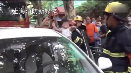 婴儿被救出。上海消防官方微博视频截图