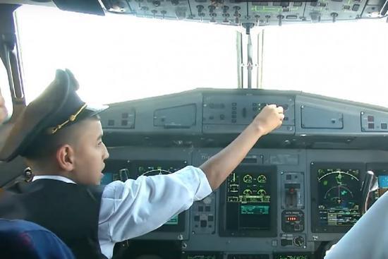 男童操控客机