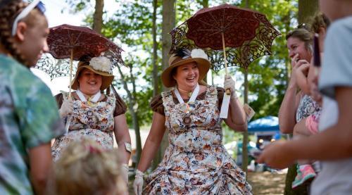 """美国特温斯堡迎来""""双胞胎节"""",满城都是""""成双成对""""的兄弟姐妹们。"""