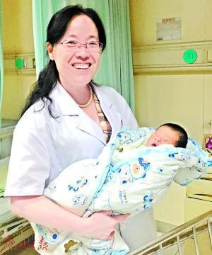 李秀艳抱着获救女婴。
