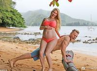 准妈妈海蒂与老公海边度假