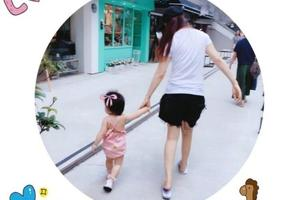 伊能静牵女儿散步 小米粒穿粉裙肉嘟嘟超可爱(图)