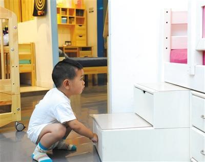 家长在选购儿童家具时要以安全和环保为先。新京报记者王远征摄