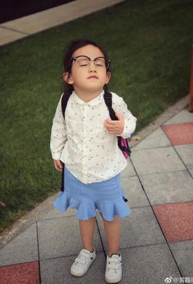 黄磊晒小女儿古怪街拍照