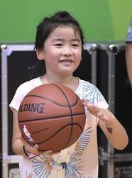 姚明7岁女儿篮球场试身手