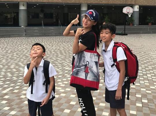 张柏芝送儿子上学