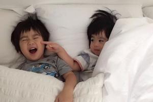 林志颖妻子晒双胞胎萌照 弟弟戳哥哥脸蛋温馨有爱