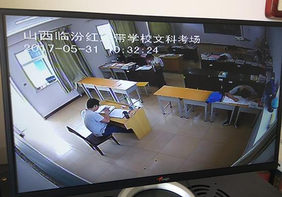 山西临汾红丝带学校的16名同学在该校设立的标准化考场单独进行高考。视觉中国 资料