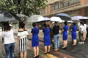 """成都突降暴雨:老师筑百米人墙为学生""""护""""行"""