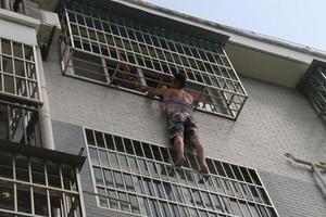 女童头卡防盗网悬空4楼 邻居徒手爬楼托20分钟