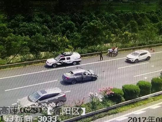 """事故现场监控截图。 图片来源于微信公众号""""钱江晚报"""""""