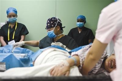"""2016年6月23日,美国西北大学芬堡医学院""""无痛分娩中国行""""的医护人员在嘉兴市妇保院做业务交流。图/视觉中国"""