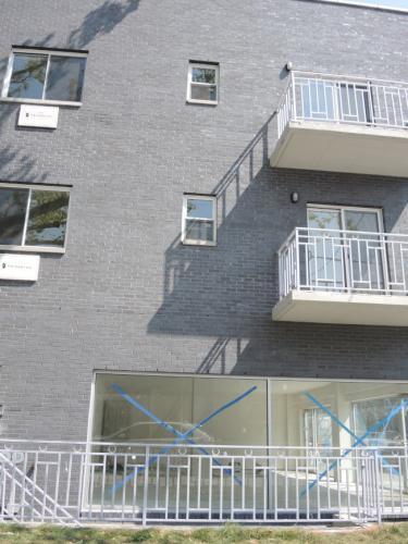 华裔男童从这栋楼的三层掉下来。(美国《世界日报》记者朱蕾/摄影)