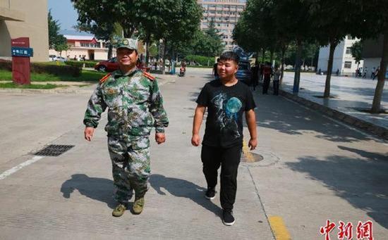 """这个开学季,杨凌职业技术学院(简称杨凌职院)校园里有一对特殊的父子,父亲是今年考入该校的新生,儿子已经大二,算是父亲的""""学长""""了。"""