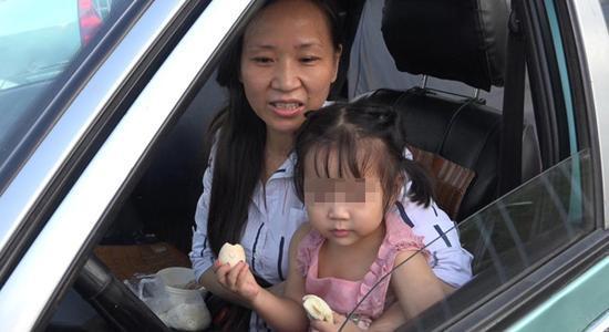 李少云和依依。 澎湃新闻记者 朱莹 图