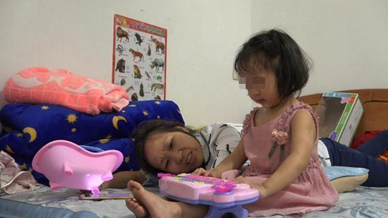 依依弹琴给妈妈听。 澎湃新闻记者 朱莹 图