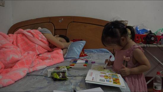 午饭后,李少云补觉,依依一个人在旁边画画。 澎湃新闻记者 朱莹 图