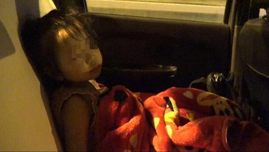 凌晨十二点,依依困意袭来,在车上睡着了。 澎湃新闻记者 朱莹 图