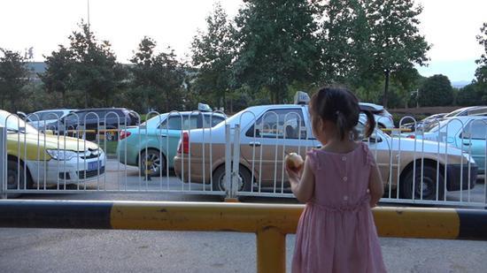 出租车排队时,依依在一旁玩。 澎湃新闻记者 朱莹 图