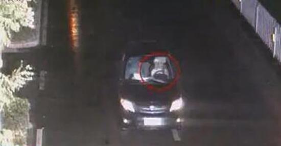 """监控抓拍""""婴儿驾车""""。 图片来源于安庆网络广播电视"""