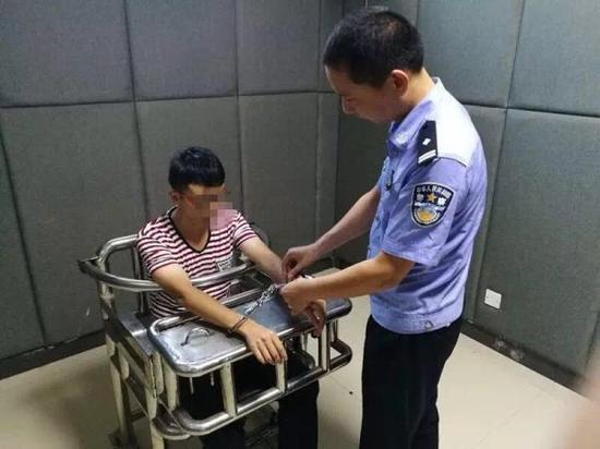 石某苇因涉嫌寻衅滋事犯罪,已于17日被警方刑拘。益阳市公安局朝阳分局官方微博图