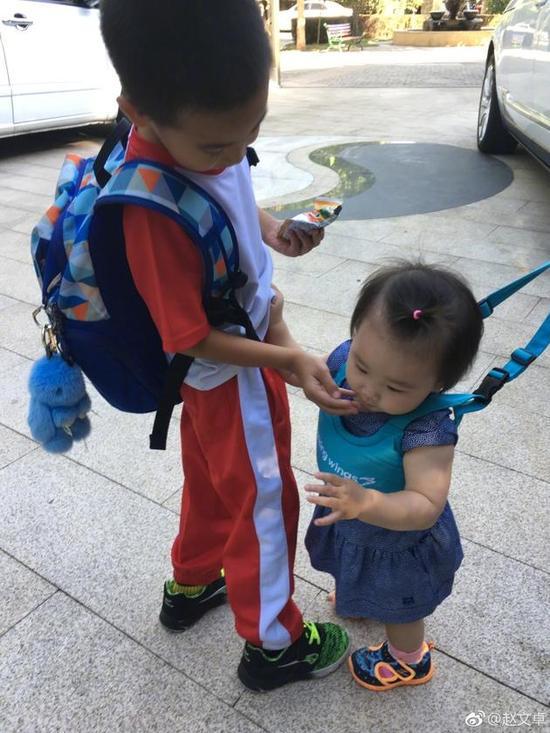 赵文卓儿子贴心喂食妹妹。