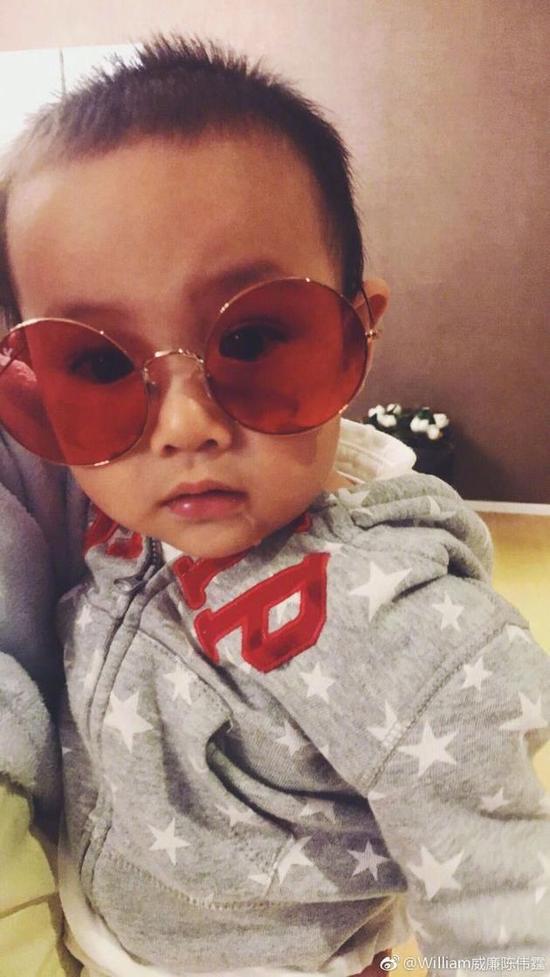 戴墨镜的男宝宝