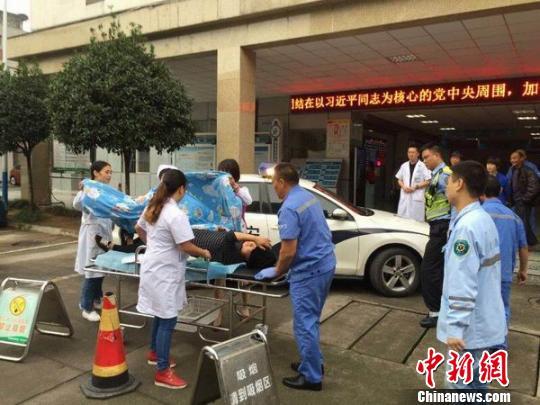 孕妇被及时送至医院 四川高速交警 供图 摄