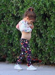 """米拉女儿撩衣""""观察""""小肚肚"""