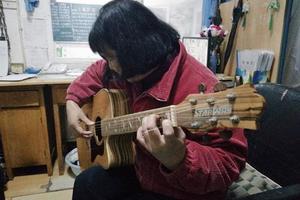 最文艺宿管阿姨零基础学吉他 两届学子接力教学