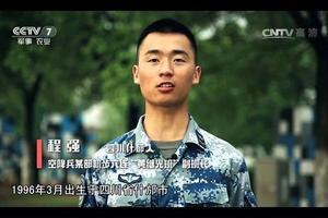 汶川地震男孩任黄继光班班长 曾举牌要当空降兵