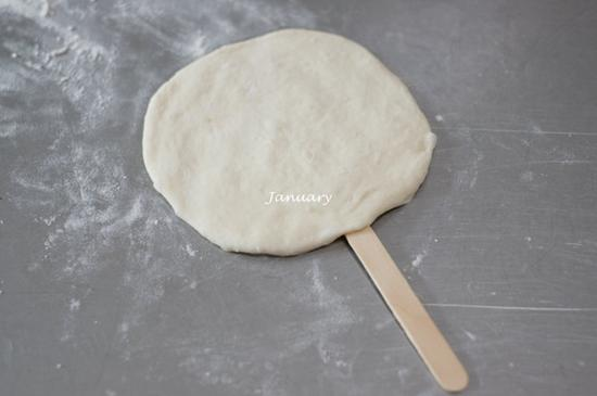 大家平时做披萨一般就是6寸、8寸或擀成椭圆形来做,这次我换个花样整形,做成棒棒糖的样子,我想小朋友肯定会很喜欢的,可以一人一个小披萨,还挺好玩的。   [棒棒糖披萨]   材料:高筋面粉100克,低筋面粉50克,盐1.5克,水105克,酵母3克,黄油10克。   馅料:什锦杂菜50克,火腿肠半根,番茄酱适量,马苏里拉芝士适量。   长帝空气烤箱温度:190度,15钟左右。   做法: 制作步骤1